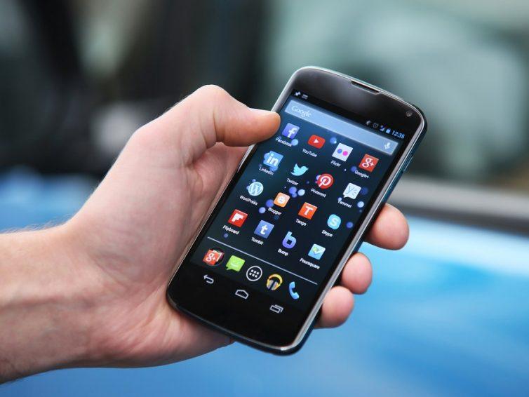 Usare troppo lo smartphone non è salutare!